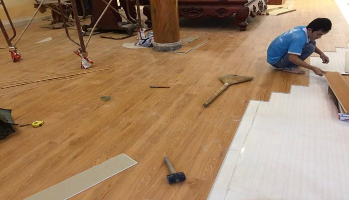 thợ thi công sàn nhựa hèm khóa, giá làm sàn nhựa hà nội,